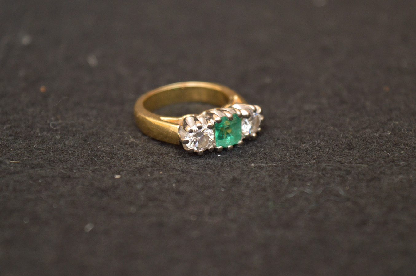Lot 510 - A Very Nice 18ct Gold Emerald and Diamond Ring