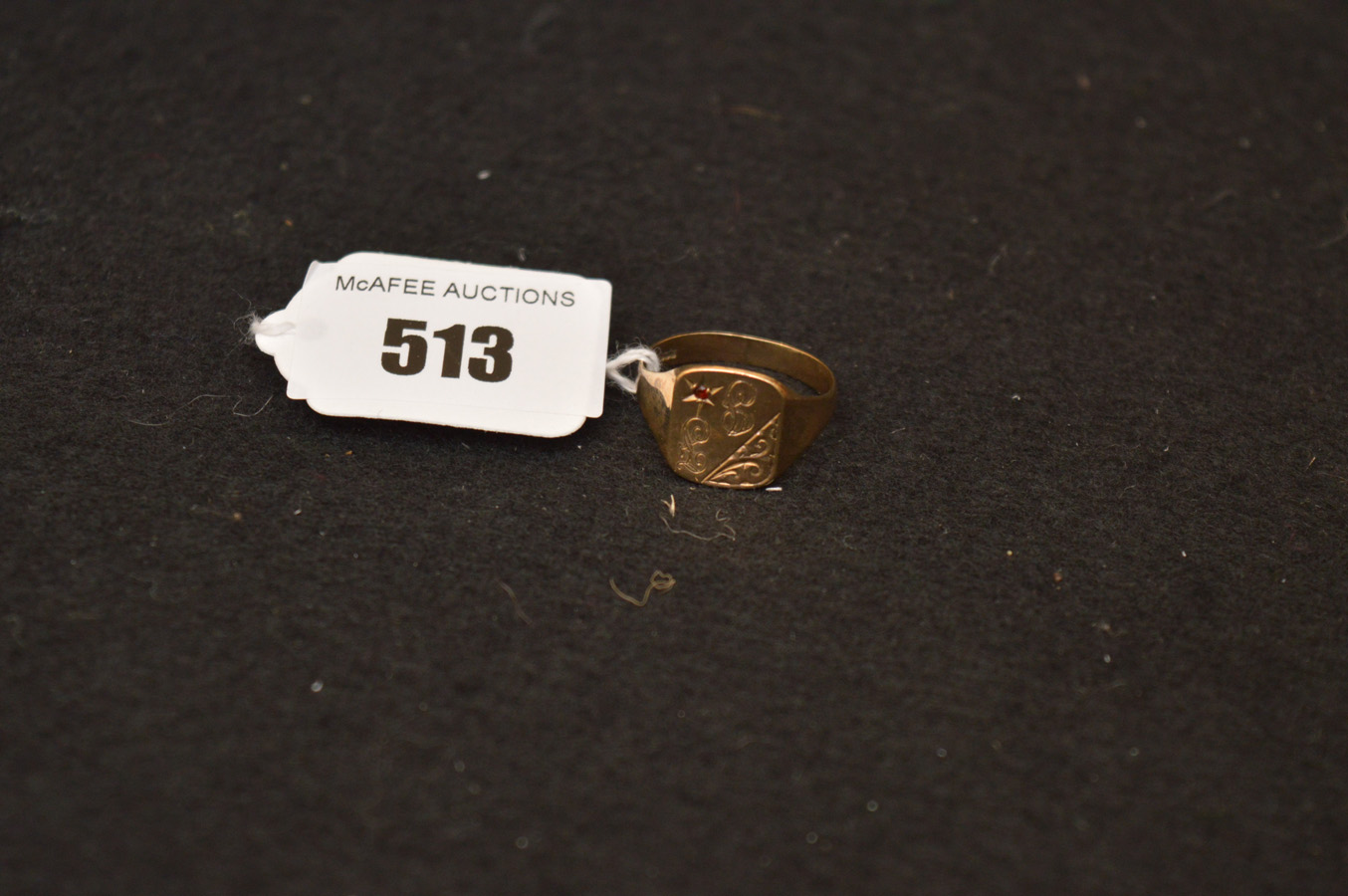 Lot 513 - A 9ct Gold Signet Ring