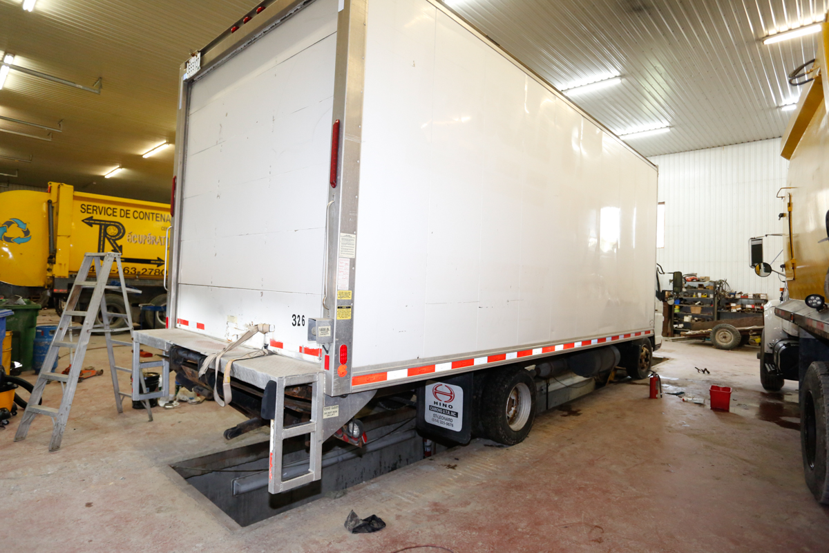 CAMION CUBE STERLING MOD. 360, 1 ESSIEU, ROUES DOUBLES, TAILGATE HYDRAULIQUE, BOITE 20' - Image 2 of 2