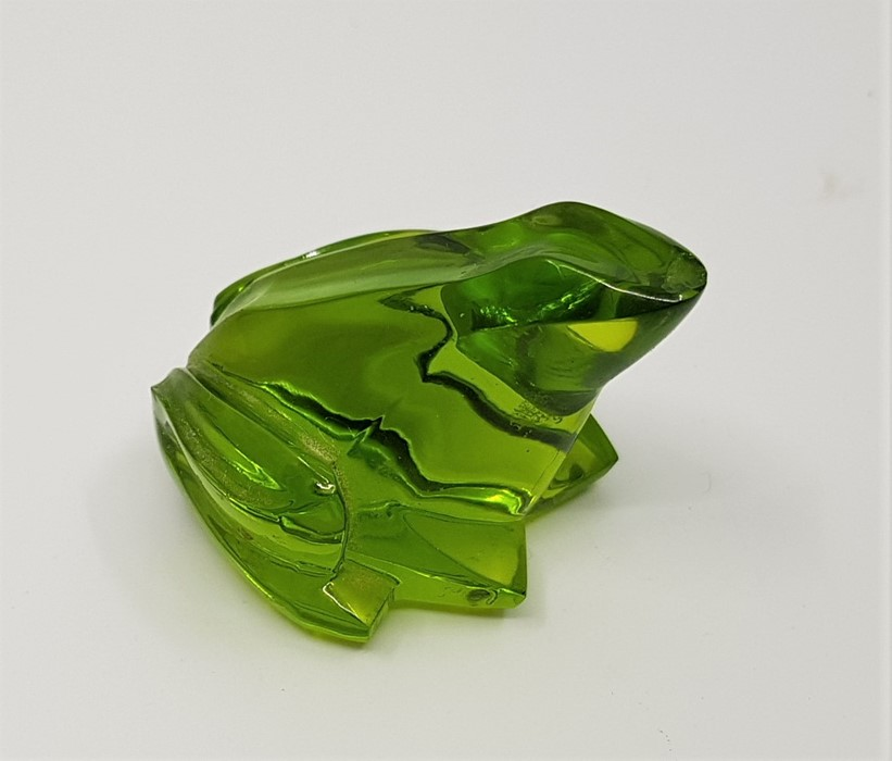A Baccarat green crystal frog, etched mark to base, height approx. 3cm. Condition: Chip to nose.