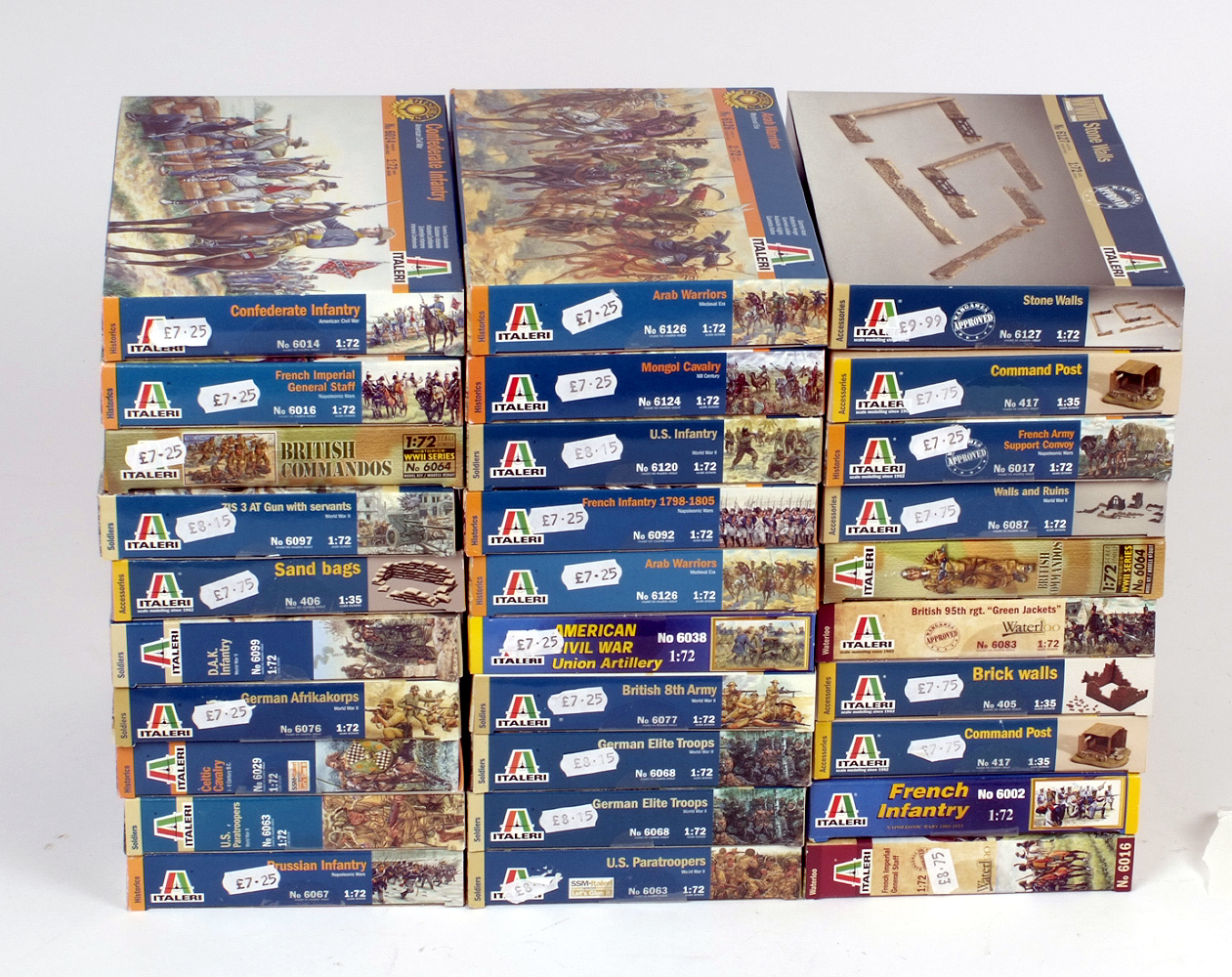 Lot 15 - 30 x Italeri plastic figures and accessories, military themed. Boxed and complete.