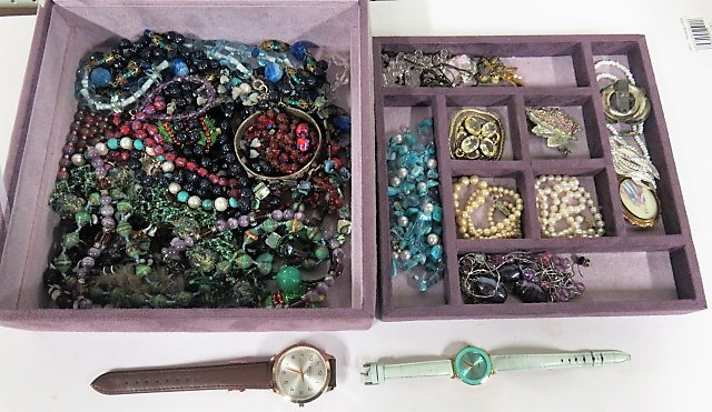 Lot 47 - A jewellery box containing vintage and new necklaces, brooches to included banded agate, amethyst