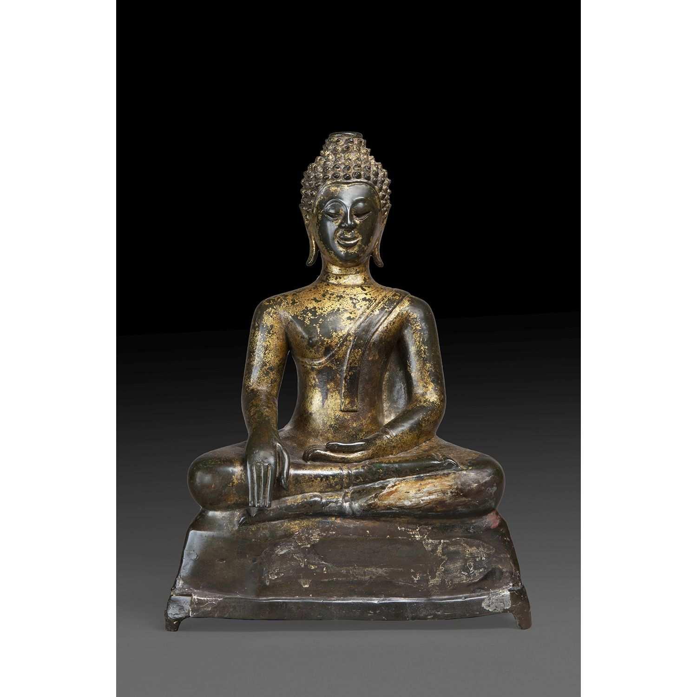 STATUETTE DE BOUDDHA MARAVIJAYA en bronze de patine brun-vert, représenté assis en dhyanasana sur