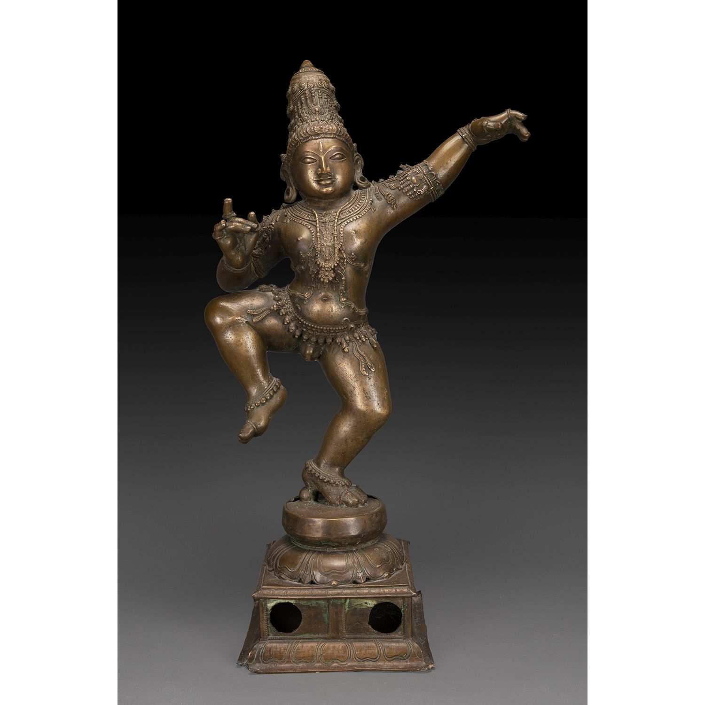 GRANDE STATUE DE KRISHNA DANSANT en bronze de patine médaille, le dieu figuré debout sur la jambe