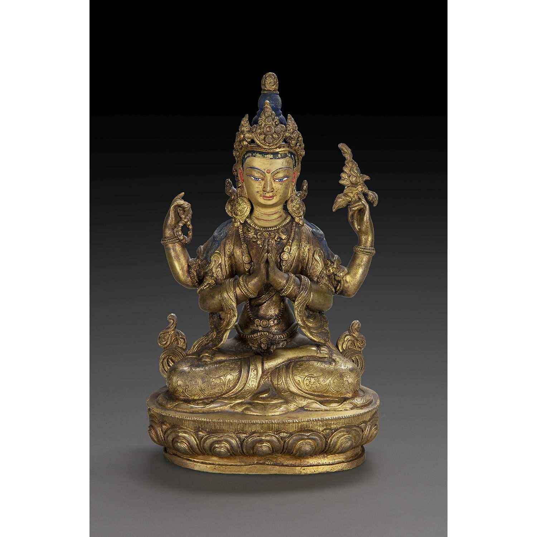 STATUETTE DE SADAKSARI AVALOKITESVARA en bronze doré, assis en dhyanasana sur un socle lotiforme,