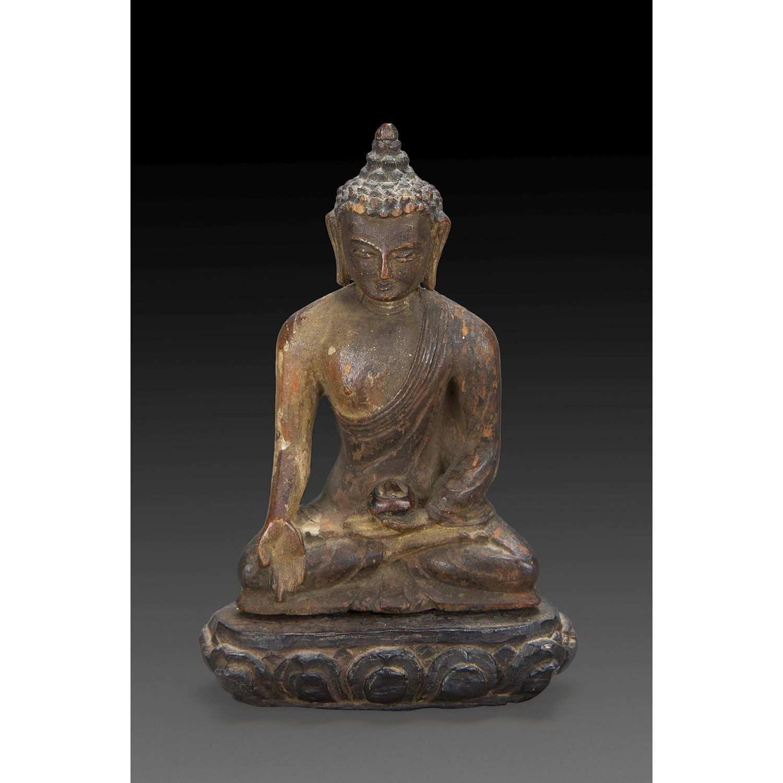 PETITE STATUETTE DU BOUDDHA SHAKYAMUNI en bois anciennement laqué, figuré assis en padmasana, la