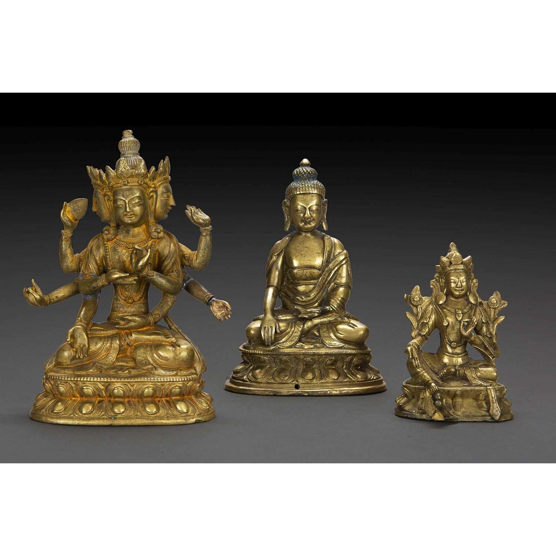 LOT DE TROIS STATUETTES en bronze de patine dorée, représentant le Bouddha Shakyamuni assis en