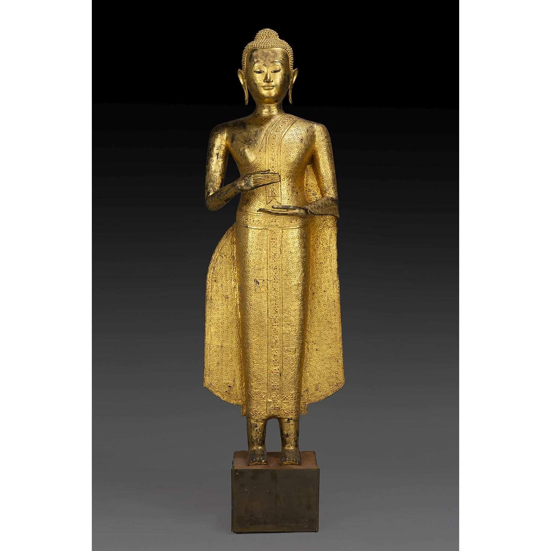 GRANDE STATUE DE BOUDDHA en bronze laqué et doré, représenté debout, vêtu de la robe monastique