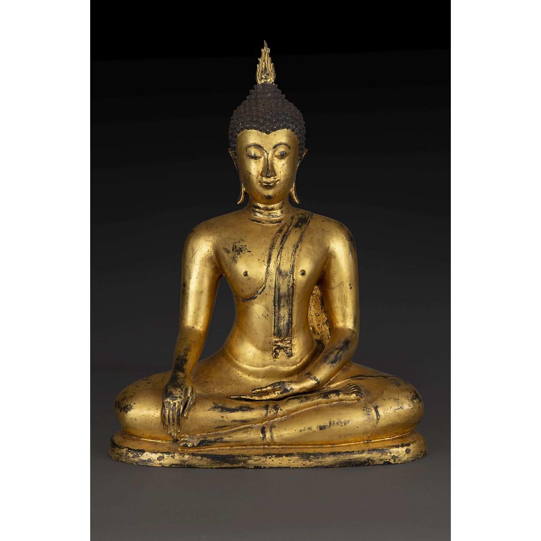 GRANDE STATUETTE DE BOUDDHA SHAKYAMUNI en bronze laqué or, assis en méditation, les mains en
