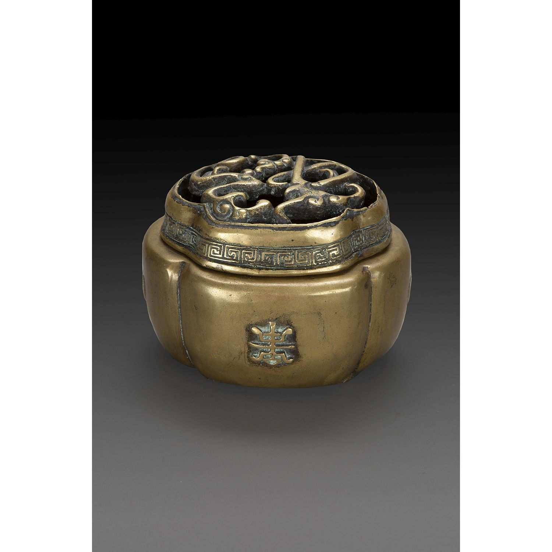 BRÛLE-PARFUM FLORIFORME en bronze, orné en léger relief de chauves-souris et caractères shou, le