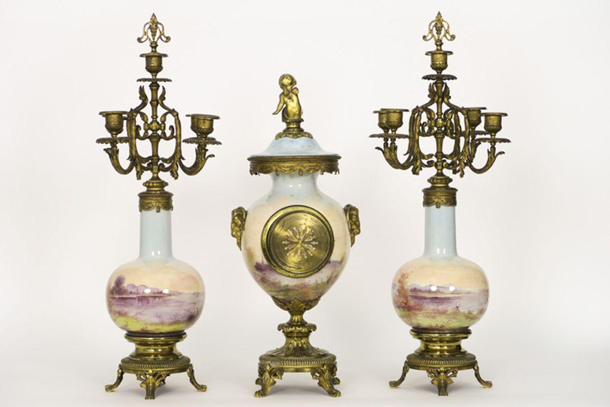 Los 28 - Antieke driedelige schouwgarnituur in porselein met beschilderd landschap- en [...]