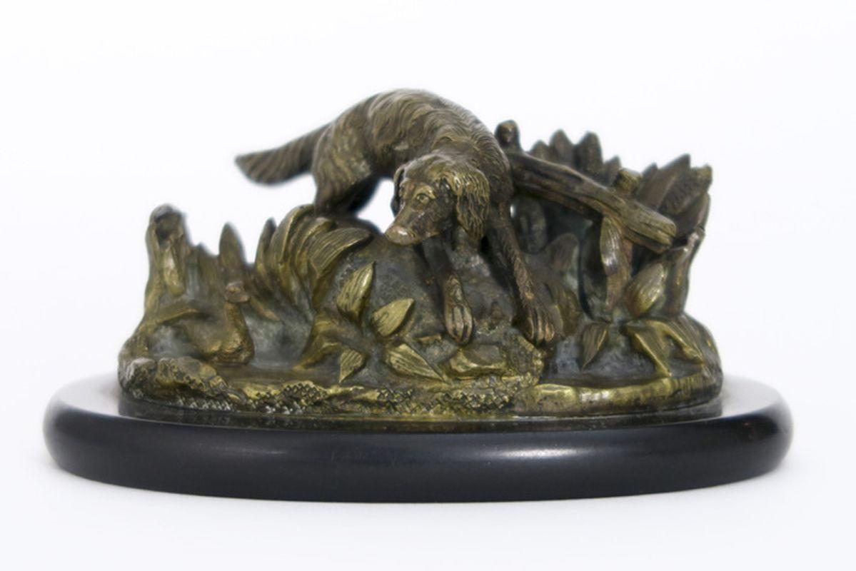 """Los 37 - Kleine antieke sculptuur in brons : """"Jachthond"""" - breedte : 9 cm - op marmeren [...]"""