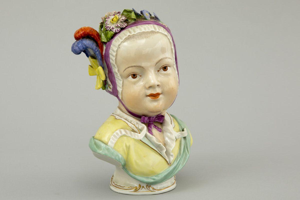 """Los 22 - Antieke sculptuur in porselein, gemerkt """"Wenen - Ackerman & Fritze"""", met buste van [...]"""