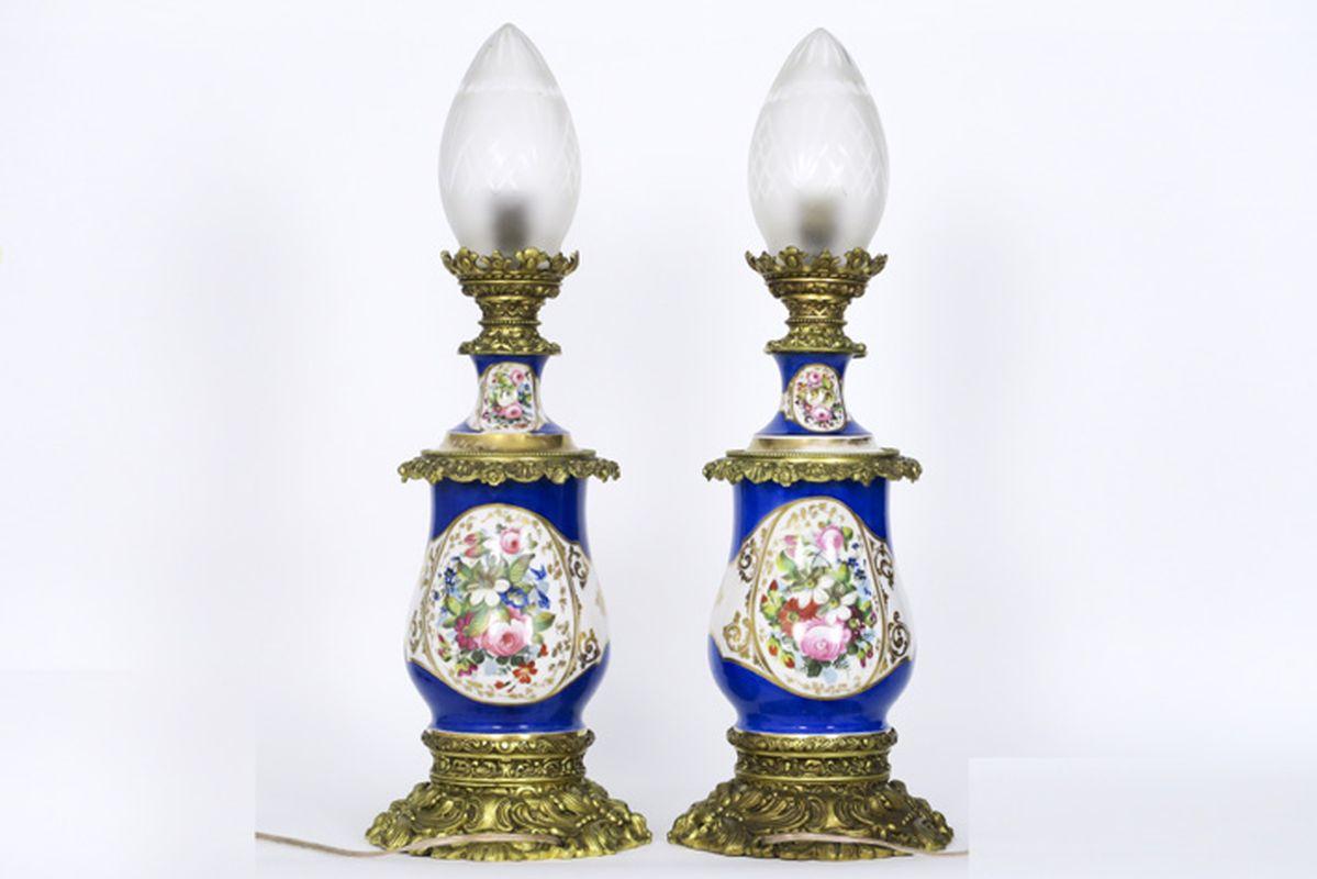 Los 6 - Paar negentiende eeuwse petroleumlampen in oud Parijs porselein met bronzen montuur [...]