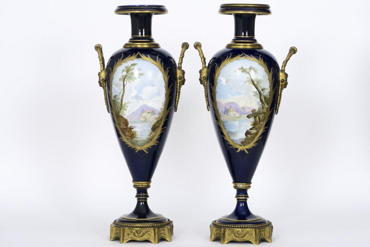 """Paar antieke Franse cassoletvazen in gedoreerde brons en gemerkt """"Sèvres"""" porselein [...] - Bild 2 aus 4"""