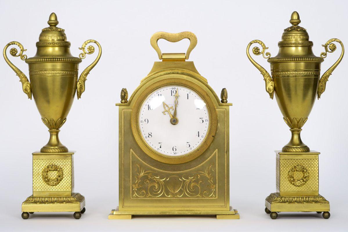 Los 19 - Driedelige neoclassicistische schouwgarnituur in gedoreerde brons met een paar [...]