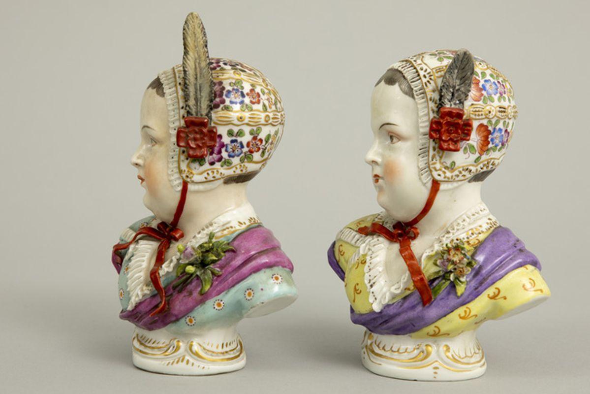 """Paar antieke sculpturen in porselein, gemerkt """"Sitzendorf (merk van 1884 tot 1902)"""", [...] - Bild 4 aus 6"""