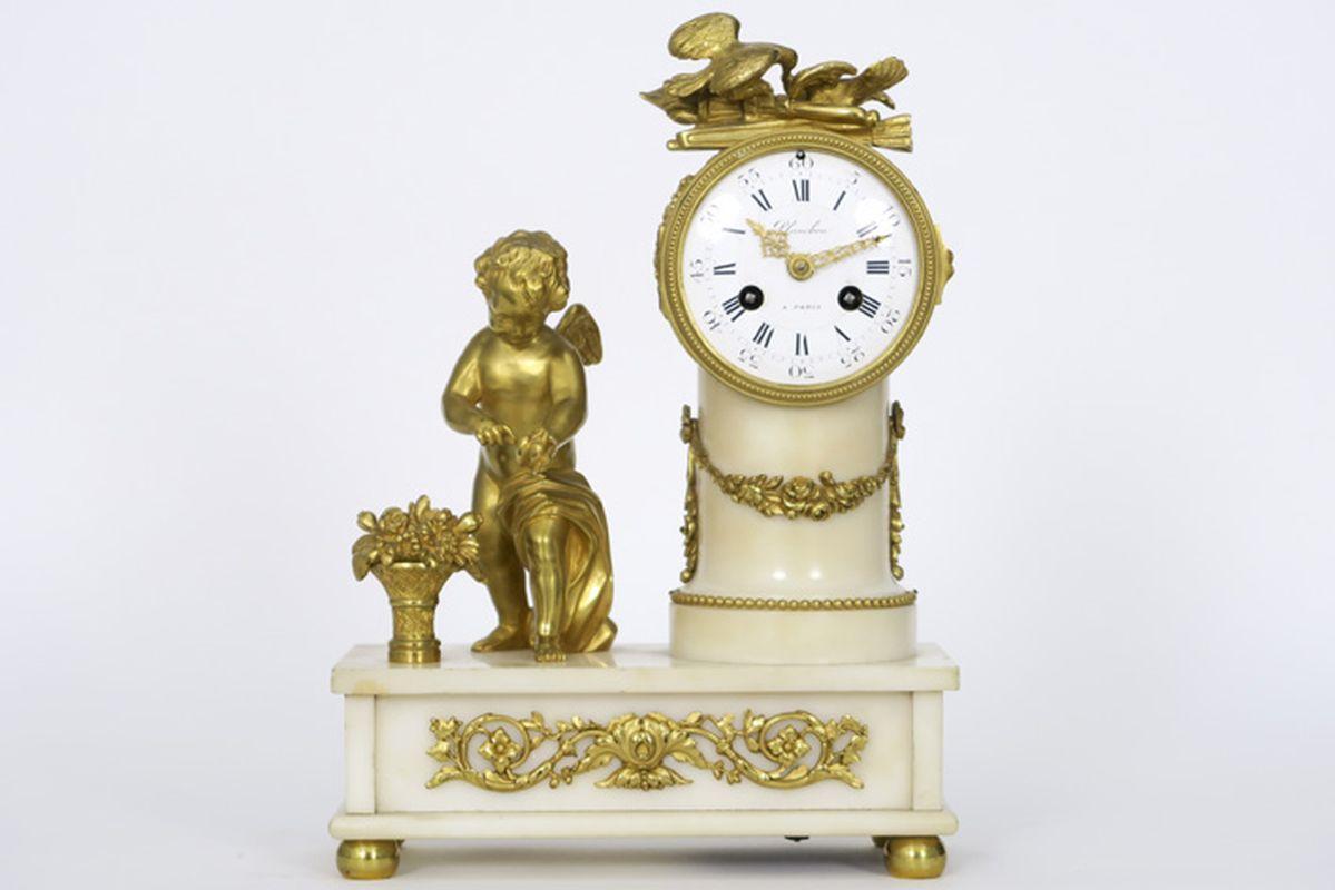 Los 8 - PLANCHON antieke klok in witte marmer en gedoreerde brons, versierd met een amourtje, [...]