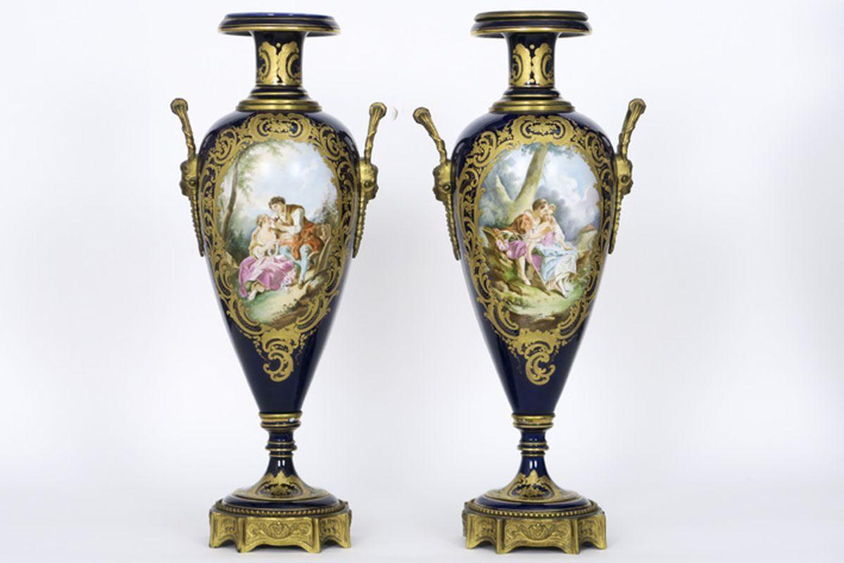 "Paar antieke Franse cassoletvazen in gedoreerde brons en gemerkt ""Sèvres"" porselein [...]"
