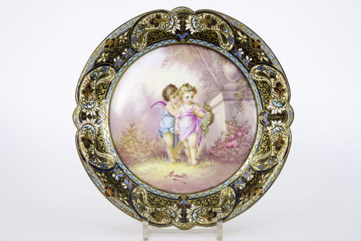 Los 1 - Laat negentiende eeuws schaaltje in porselein met beschilderd decor, getekend Arnaud, [...]