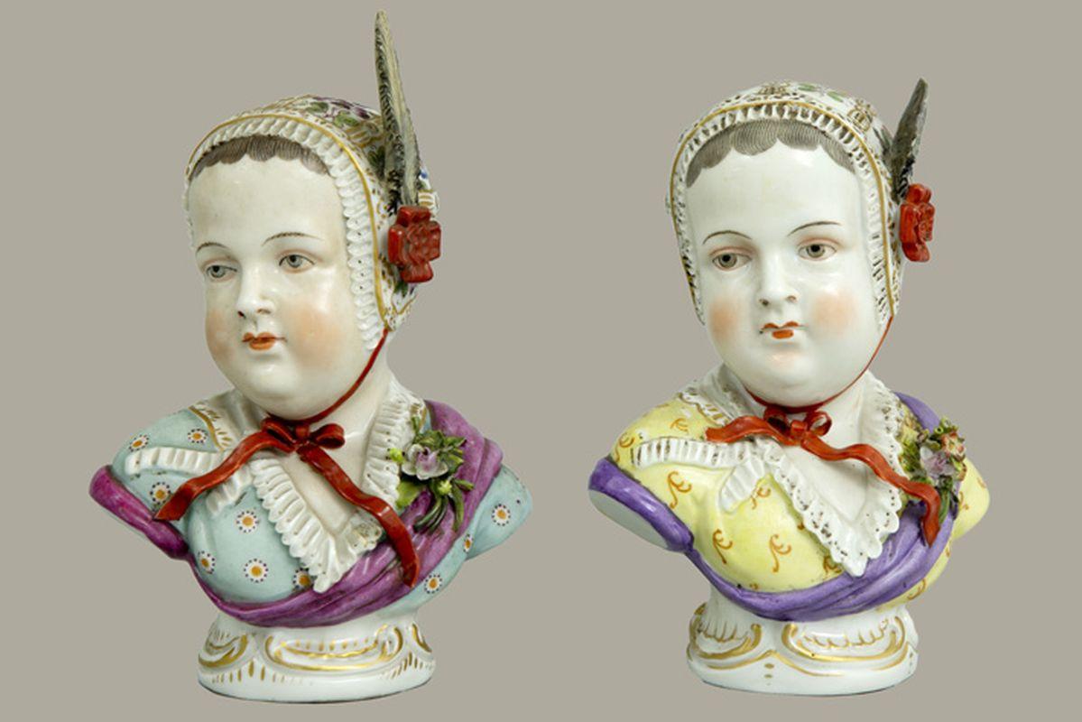 """Paar antieke sculpturen in porselein, gemerkt """"Sitzendorf (merk van 1884 tot 1902)"""", [...]"""