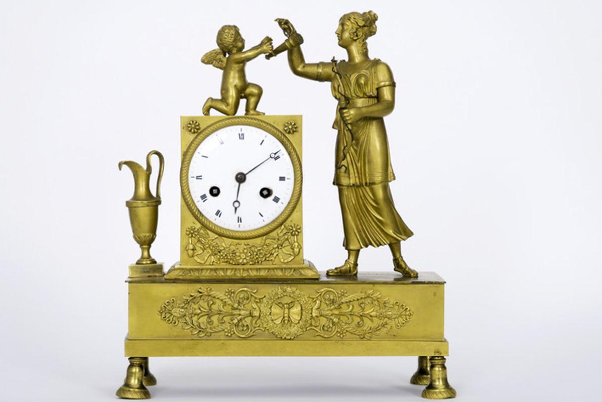 Los 13 - Vroeg negentiende eeuwse, allicht Franse klok met kast in gedoreerde brons, versierd [...]