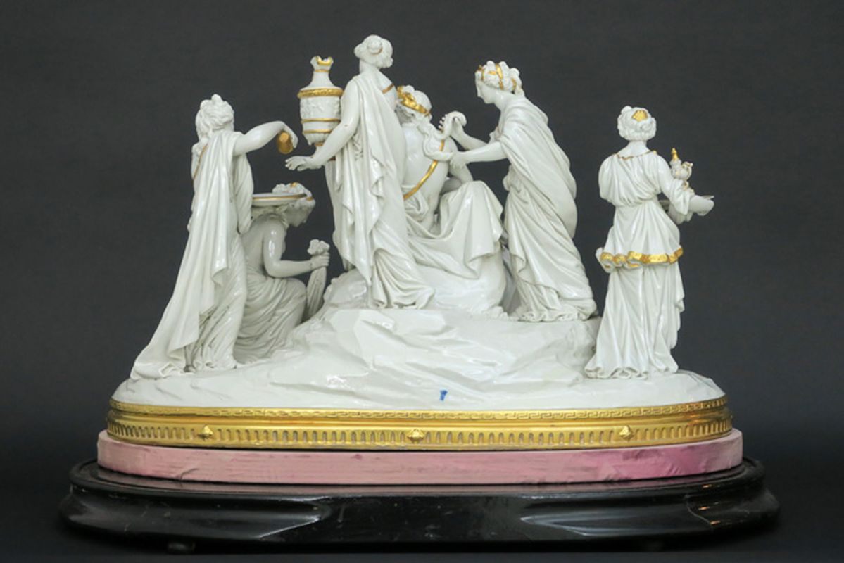 """Los 20 - Antieke grote groep in porselein gemerkt """"Capo di Monte"""" met een mythologisch [...]"""