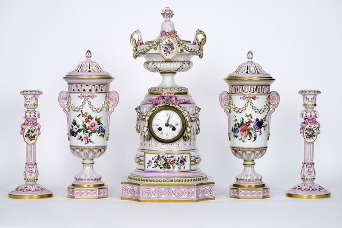 Los 7 - Antiek neoclassicistisch vijfdelig kaststel in fijn beschilderd porselein, gemerkt [...]