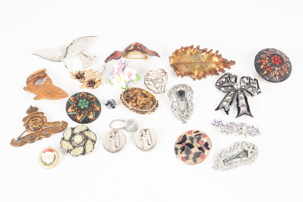 Lot 139 - COSTUME BROOCHES AND BADGES, APPROX 20, including a Royal Artillery brass cap badge