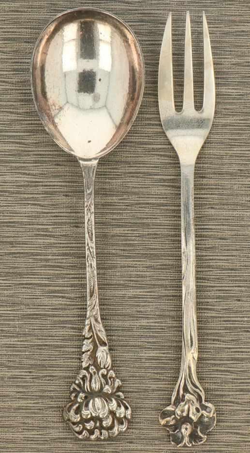(11) Delige set met daarbij een suikerschep zilver.Uitgevoerd met florale versieringen. Nederland, - Bild 2 aus 3