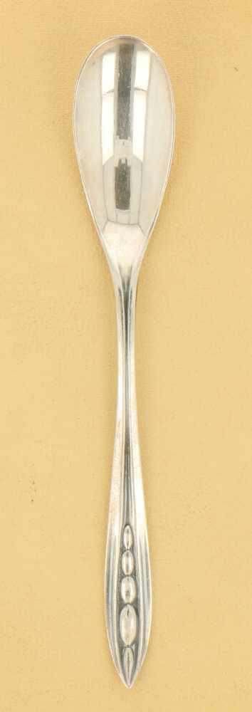 (12) Delige set theelepels zilver.Voorzien van gestileerde versieringen en in originele etui. - Bild 2 aus 3