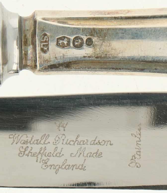 (12) Delige set messen zilver.Uitgevoerd in 'Hollands puntfilet' met gevulde heften in originele - Bild 3 aus 3