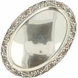Dienblad zilver.Ovaal model met floraal versierde gegoten en deels opengewerkte sierrand. Nederland,