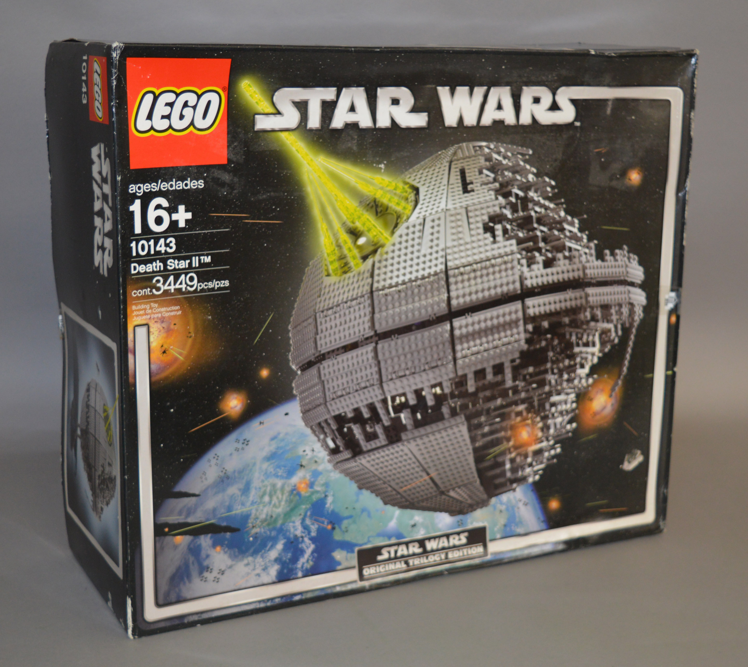 Lot 32 - Lego Star Wars 10143 'Death Star II', in G but somewhat dusty box with some undulation.