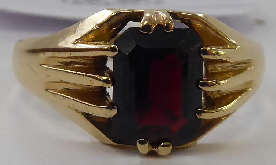 Lot 60 - A gentleman's 9ct gold, single stone,
