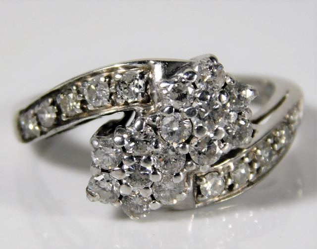 Lot 341 - A white metal ring set with approx. 1ct diamond 4.