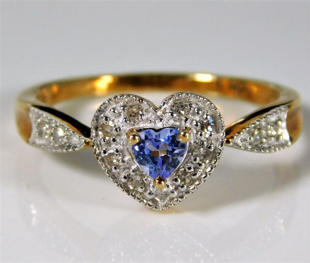 Lot 358 - A 9ct gold ring with heart shaped crown set with 0