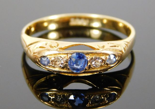 Lot 303 - An antique 18ct gold ring set with diamond & sapph
