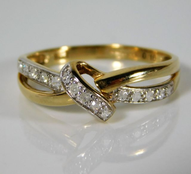Lot 334 - A 9ct gold ring set with 0.1ct diamond 1.6g size M
