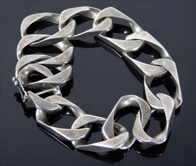 Lot 324 - A chunky silver curb bracelet 52.4g