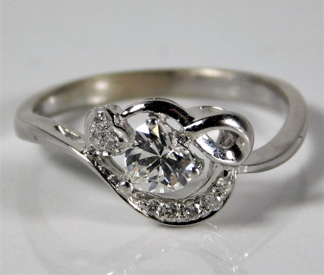Lot 351 - An 18ct white gold ring set with diamonds, centre