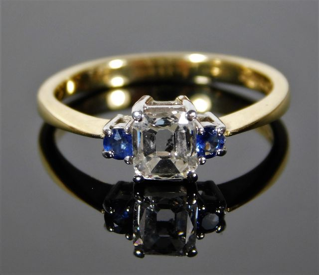 Lot 330 - An 18ct gold ring set with 0.5ct emerald cut diamond & sapphire 3.3g size N/O