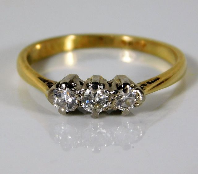 Lot 331 - An 18ct gold ring set with approx. 0.25ct platinum