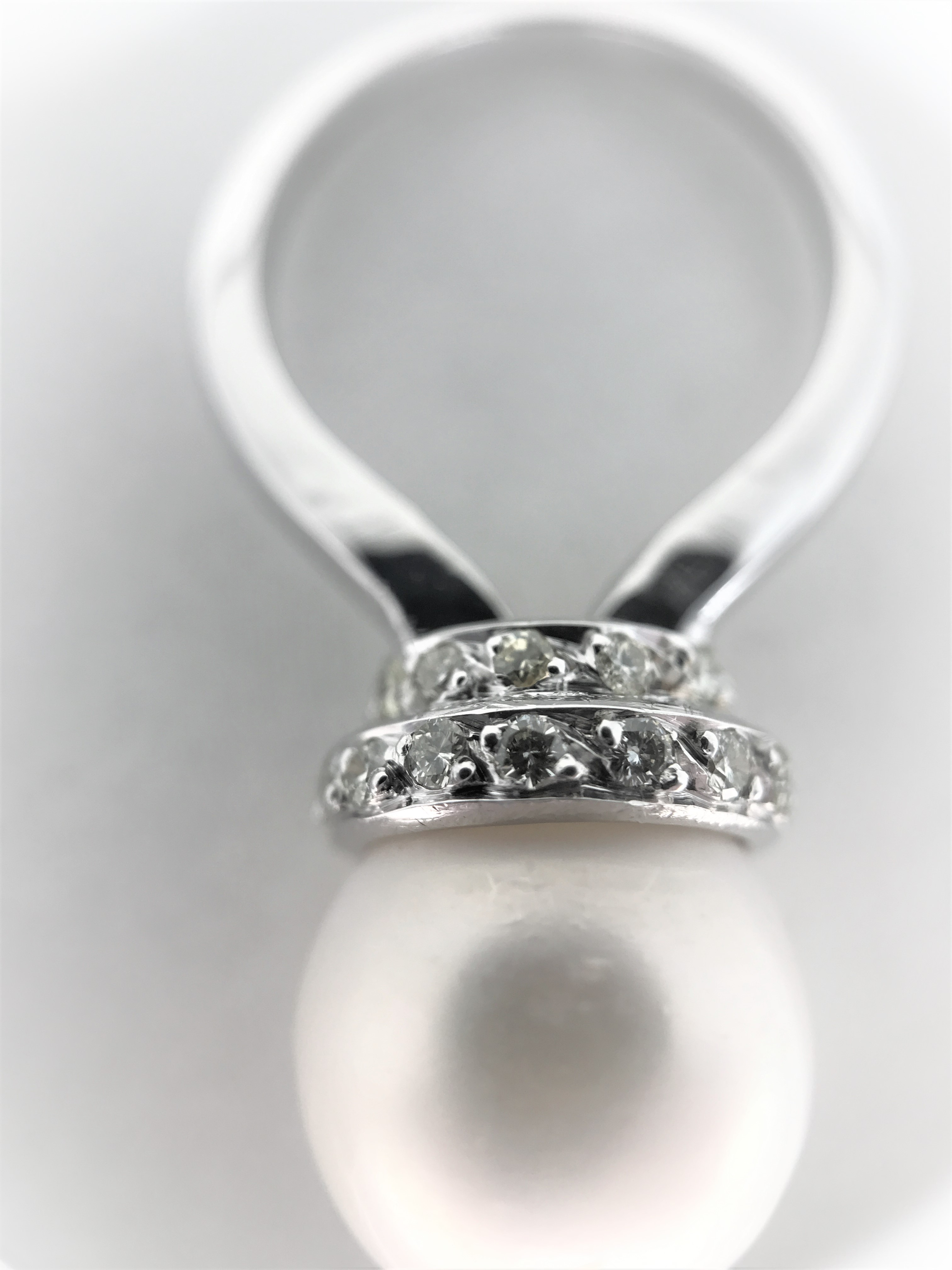 Lot 8 - Large freshwater pearl ring with diamonds 14k white gold 12mm fresh waterpearl 28 diamonds Total