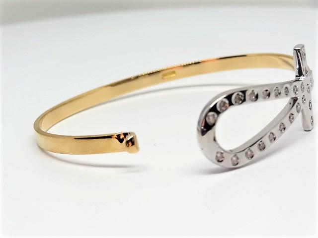 Lot 33 - 25 round brilliant cut diamonds Bangle Total diamond weight approx.: