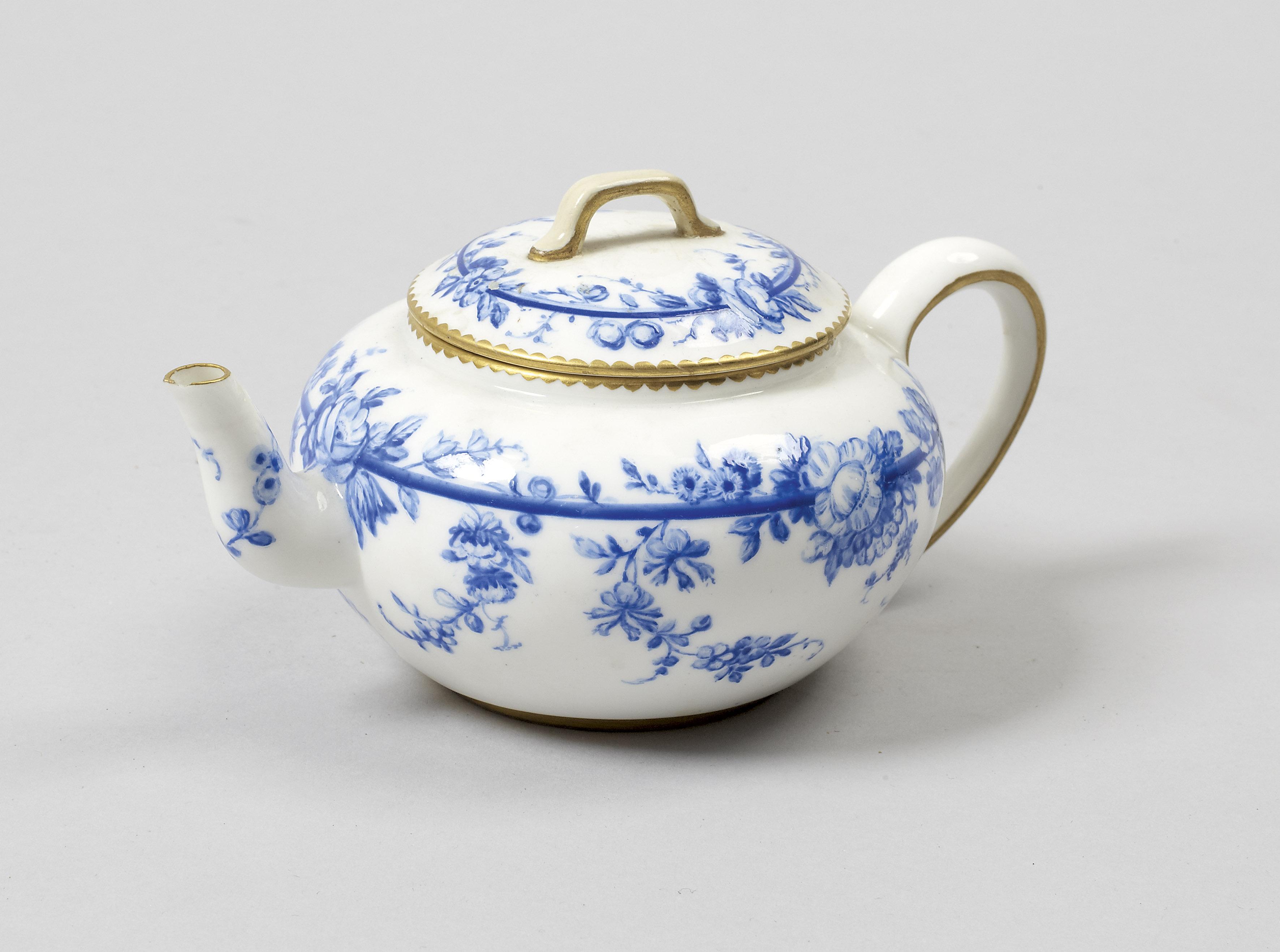 S vres porcelaine tendre rare th i re de forme - Camaieu de bleu peinture ...