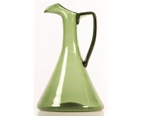 Een groen glazen karaf, 20e eeuw. B: 19 cm, H: 29,5 cm. Geschatte opbrengst: € 20 - € 30.        A green glass carafe, 20th
