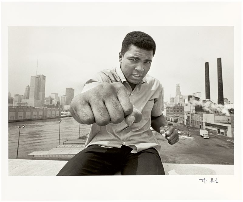 "Los 335b - Thomas Hoepker (München 1936 – lebt in New York)""Muhammad Ali on a bridge overlooking the Chicago"