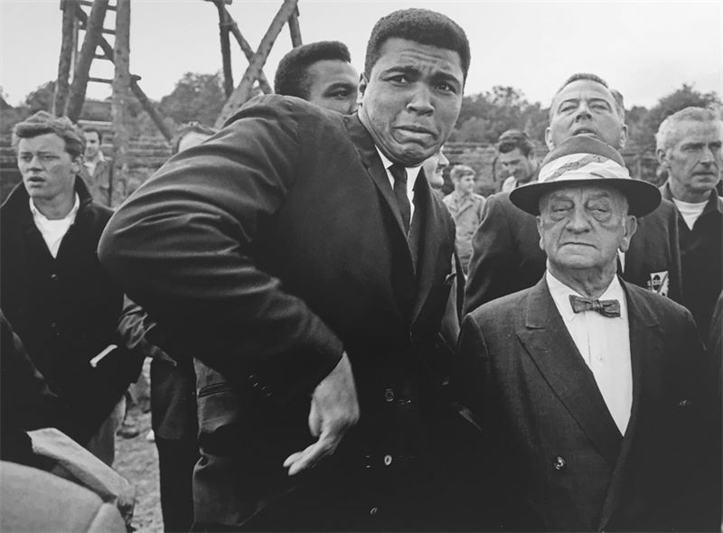 """Los 335a - Thomas Hoepker (München 1936 – lebt in New York)""""Muhammad Ali scared by a bee while visiting the"""