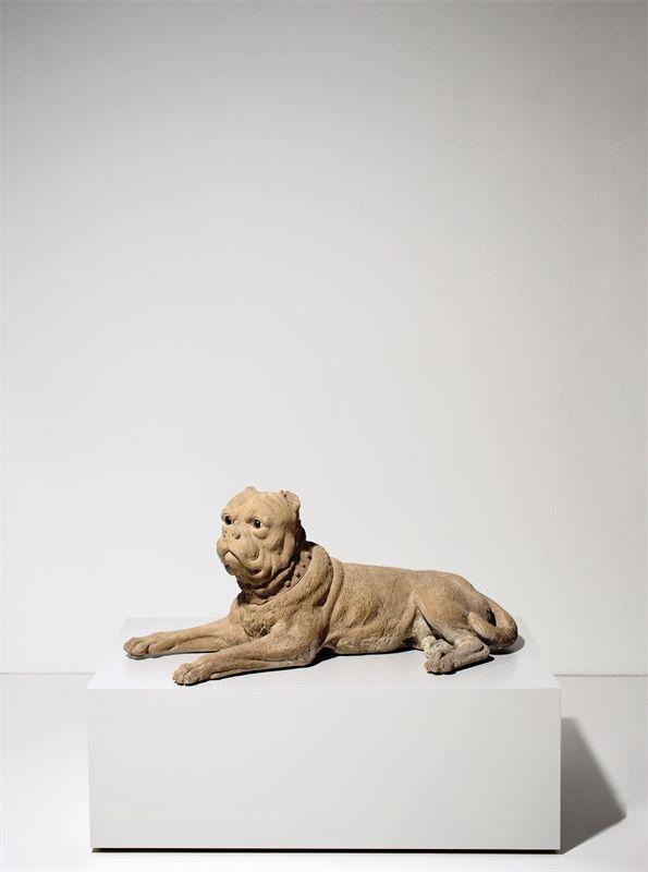 Los 311 - Englisch ()Liegende Englische Bulldogge. Ende des 19. JahrhundertsTerrakotta; Glas. 31×78×28